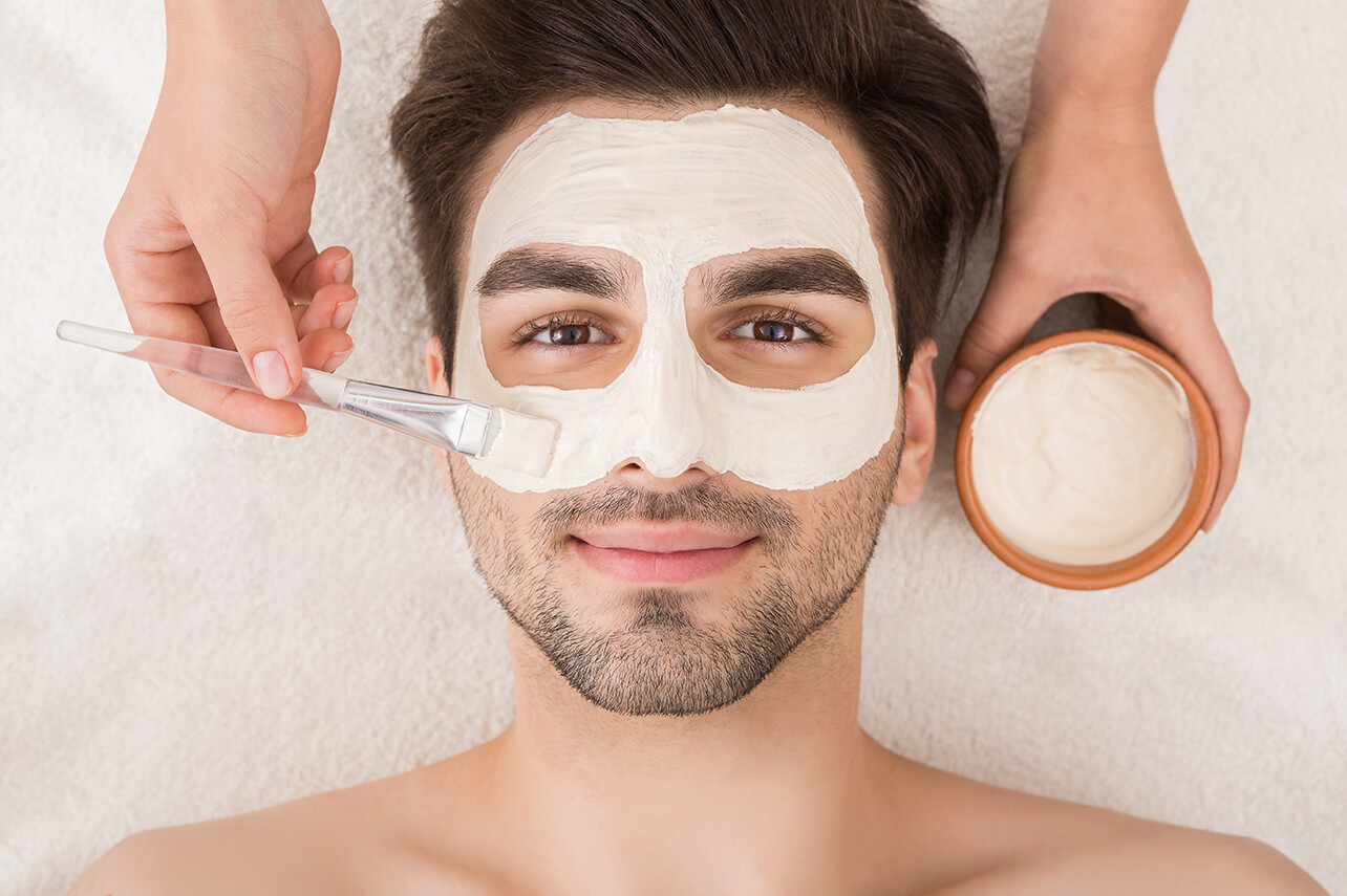 Gesichtspflege für den Mann - Bild: Prostock-studio|Shutterstock.com