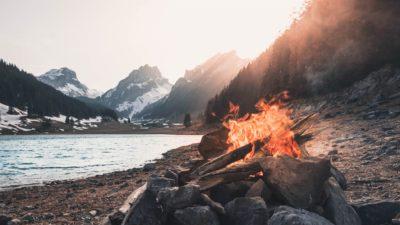 Schöne Lagerfeuer und Grillorte